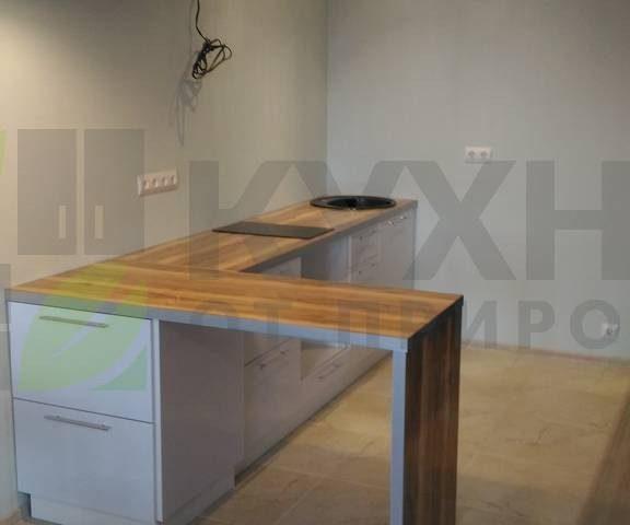 Белая кухня без верхних фасадов с фасадами из пластика