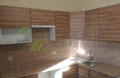 Угловая кухня с фасадами из экошпона