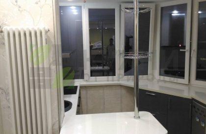 Кухня с окрашенными МДФ фасадами без верхних шкафов
