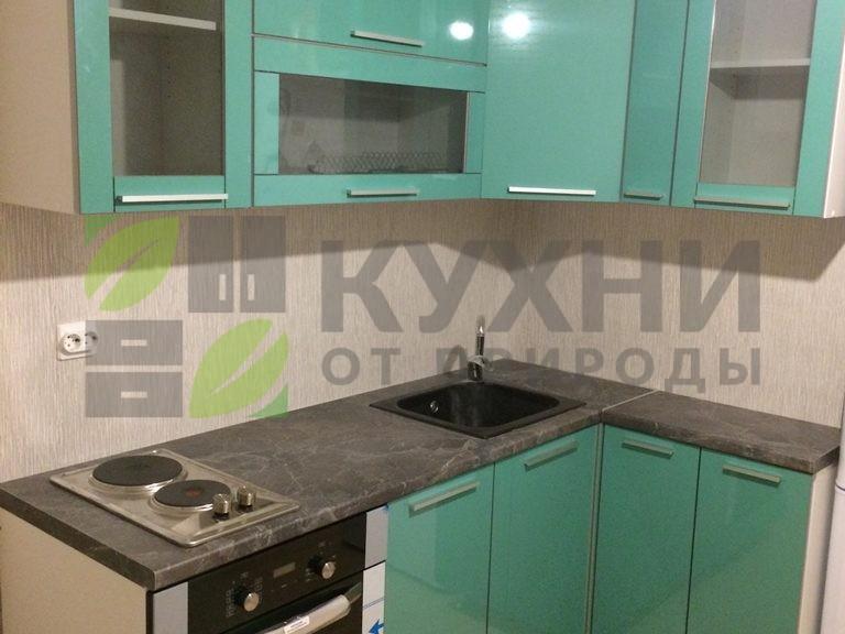 Кухня на металлических ножках с фасадами пластик