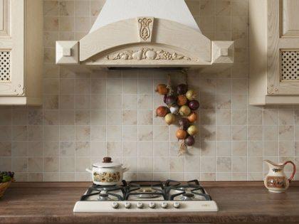 Светлая кухня Estel в стиле классика из массива дерева