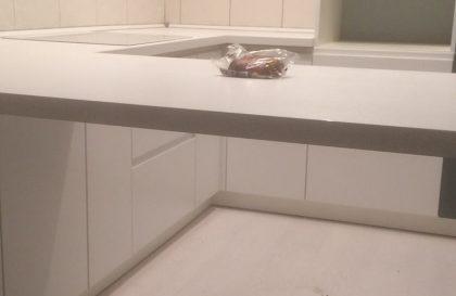 Кухня Breeze со скрытой ручкой и барной стойкой
