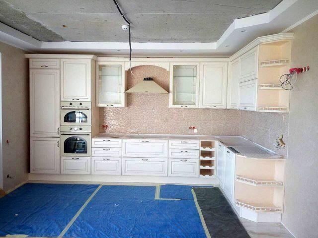 Угловая кухня Европа с кремовыми МДФ-фасадами