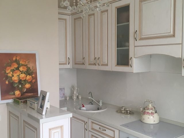Прямая кухня Женева с островом в белом цвете