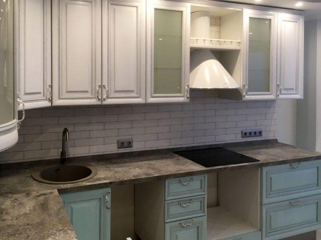 Кухня Buona Sera Lacio с молочно-голубыми фасадами из массива дуба