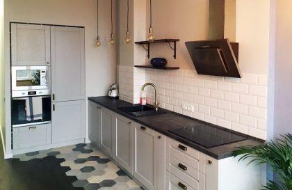 Серая кухня из массива дуба Альба с рамочными фасадами